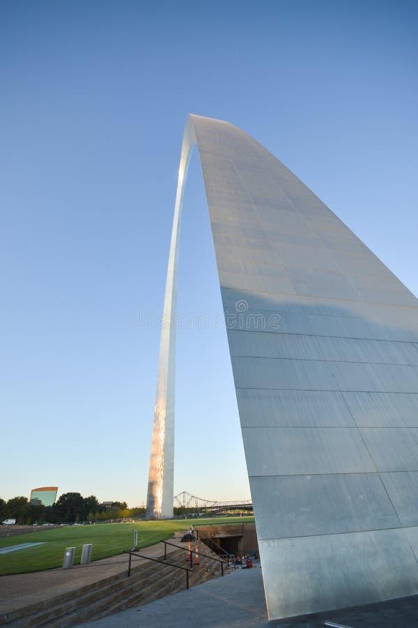 St Louis Gateway Arch in Missouri met blauwe hemel stock afbeelding