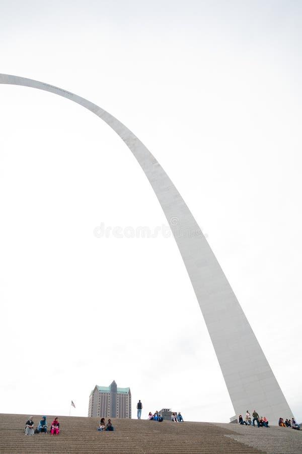 St. Louis Gateway Arch och turister arkivbild