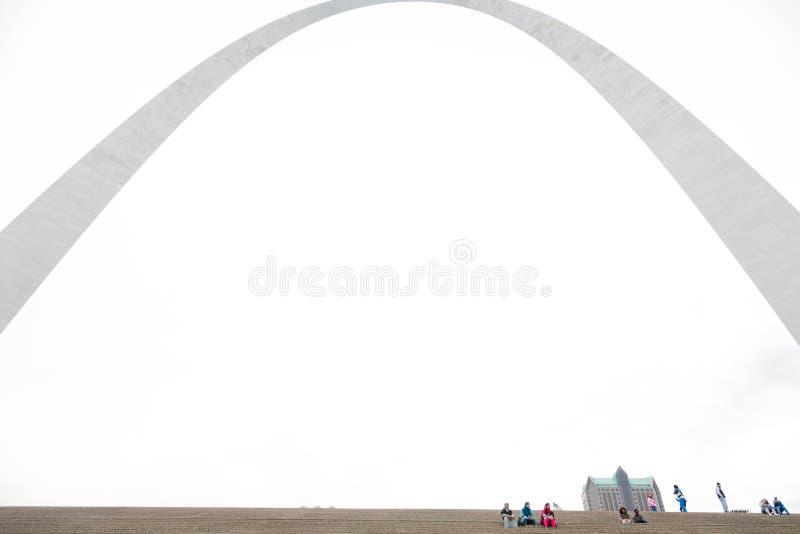 St. Louis Gateway Arch och turister arkivfoton