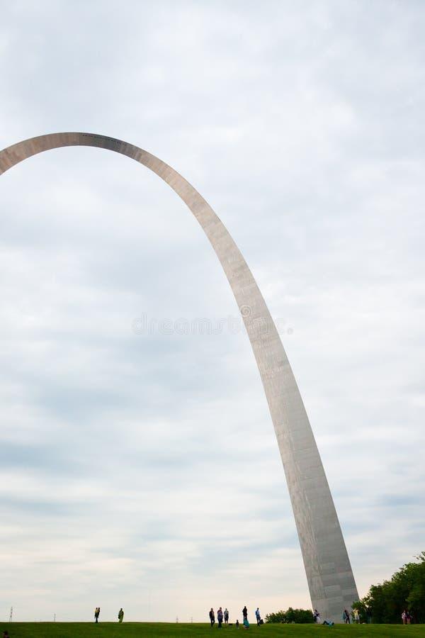 St. Louis Gateway Arch och turister på solnedgången arkivfoto