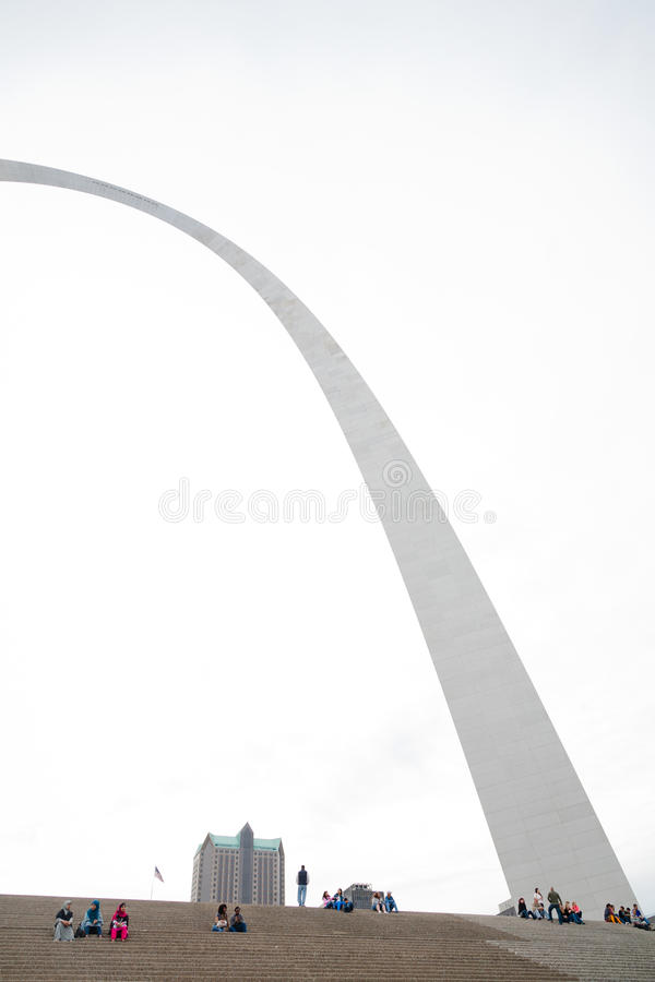 St. Louis Gateway Arch und Touristen stockfotografie
