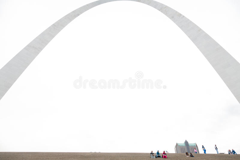 St. Louis Gateway Arch und Touristen stockfotos