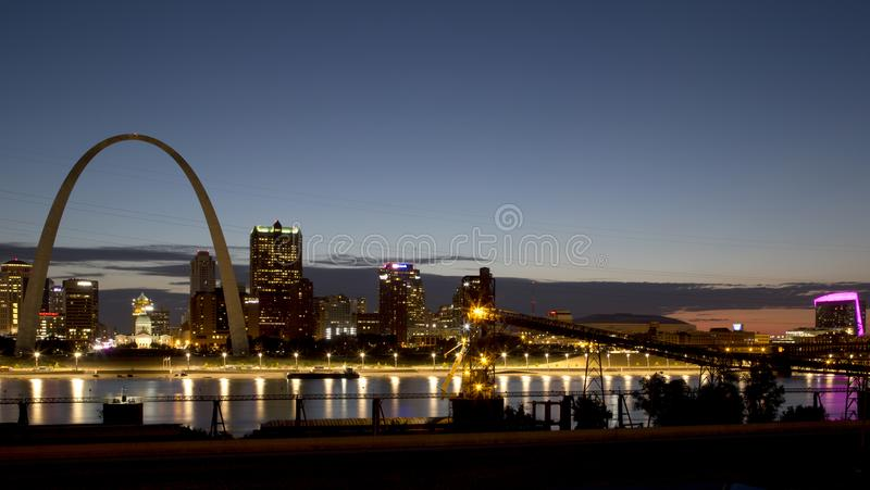 St Louis horisont från över Mississippi River USA arkivfoto