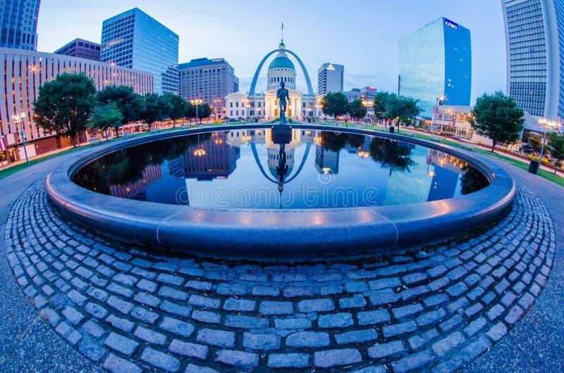 St Louis i stadens centrum horisontbyggnader på natten arkivfoton