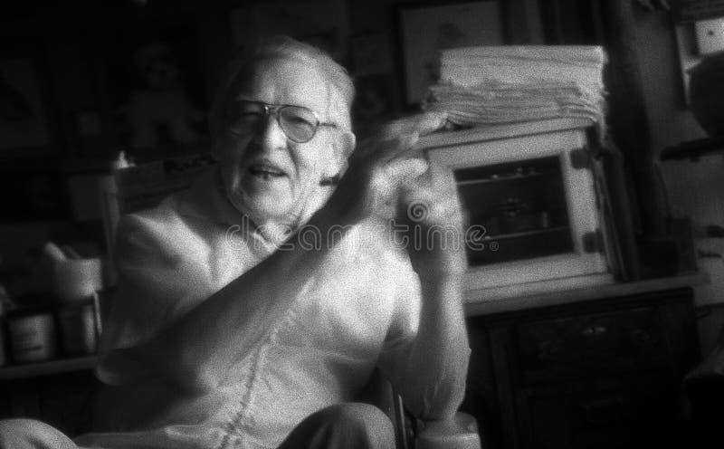 St Louis, Missouri, Estados Unidos - cerca de 2007 - Barber Talking idosa em Barber Chair foto de stock