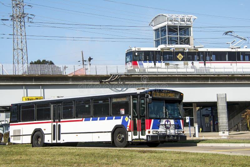St Louis Missouri, Förenta staterna - circa 2016 - drev för Metrolink pendlarepassagerare på den Shrewsberry stationen royaltyfria foton