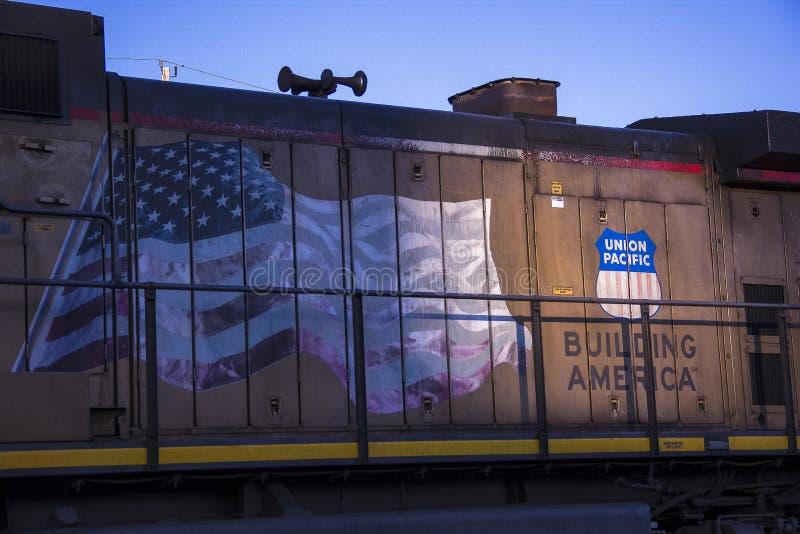 St Louis Missouri, Förenta staterna - circa 2015 - fackligt Stillahavs- drev på solljus för sen eftermiddag för järnvägspår royaltyfri foto