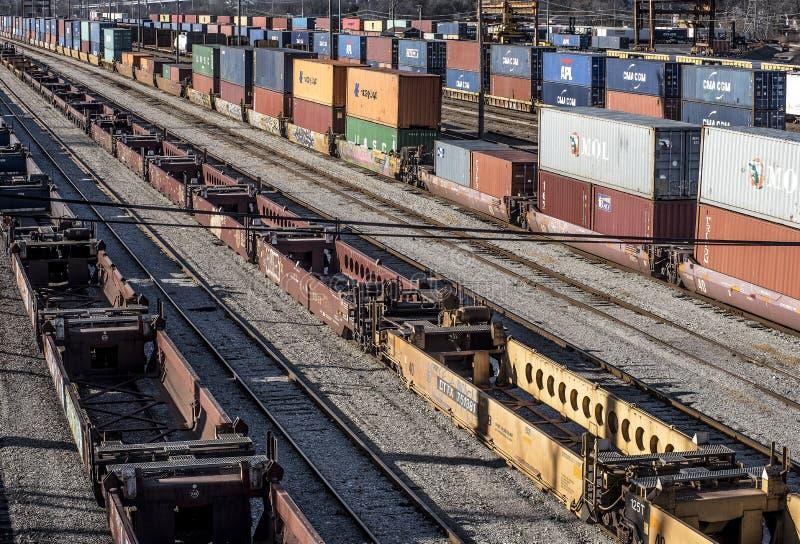 St Louis, Missouri, Jednoczący Około 2018 długa linia pociągu well samochody i dwoiści sterta frachtowego zbiornika sztachetowi s zdjęcie stock