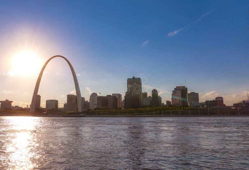 St Louis, Missouri linia horyzontu przez rzekę mississippi fotografia royalty free