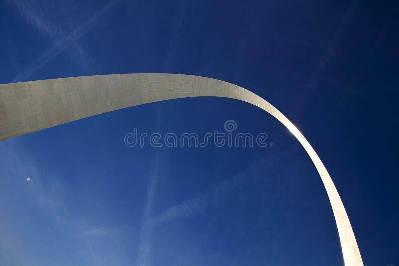 St. Louis, Missouri, oben vereinigt Zustand-circa 2104-Looking an der Spitze des Zugangs-Bogenedelstahls, der im blauen Himmel de stockbild