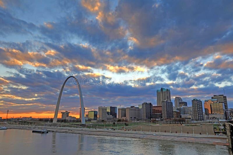 St Louis, Missouri och nyckelbågen fotografering för bildbyråer