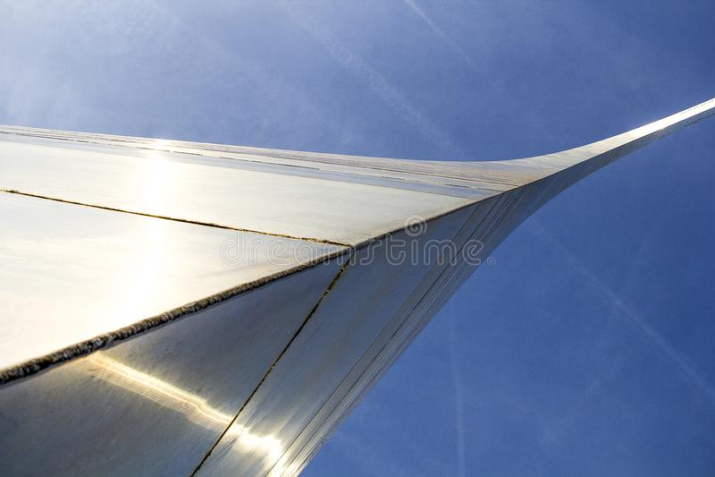 St Louis Missouri som förenas Tillstånd-circa 2014-Looking upp på buktigt över huvudet skina för nyckelbåge i solen royaltyfri foto