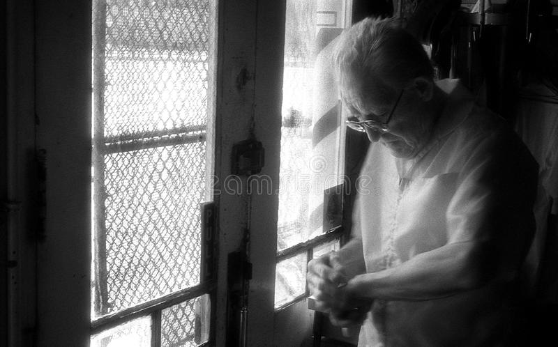 St Louis Missouri som förenas Tillstånd-circa 2007-Old mannen Barber Looking på hans klocka som kontrollerar Tid i tappninggranns royaltyfri bild