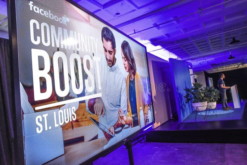 St. Louis, Missouri, stati uniti 27 marzo 2018 - il video schermo ed altoparlante alla Comunità di Facebook amplificano l'evento  fotografia stock libera da diritti