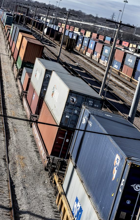 St Louis, Missouri, unido Estado-cerca da linha longa 2018 de carros do poço do trem e de carros dobro do recipiente de frete da  fotos de stock