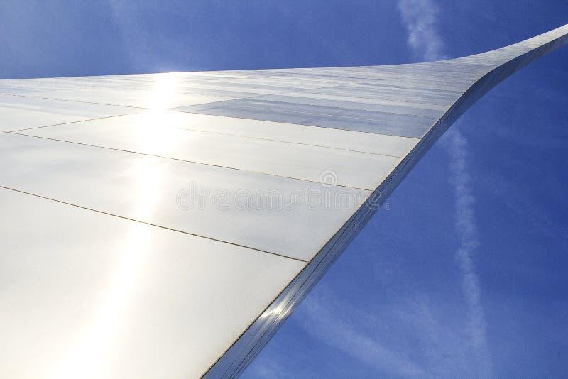 St Louis, Missouri, unido Estado-cerca de 2014-Looking acima no arco da entrada que curva o brilho de aço inoxidável do pé no sol imagens de stock