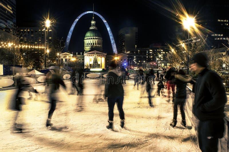 st louis, missouri, usa, grudzień 2019 - łyżwiarze na lodzie na rink przed St Louis Gateway Arch i Old Courthouse zdjęcia royalty free