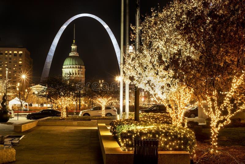 St Louis, Missouri, USA, grudzień 2019 - St Louis Gateway Arch and Old Courthouse, i drzewa oświetlone latarkami świątecznymi obraz royalty free