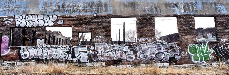 St Louis, Missouri, USA, grudzień 2019 - graffiti spray malowany na wypalonym budynku z cegieł w mieście zdjęcie stock