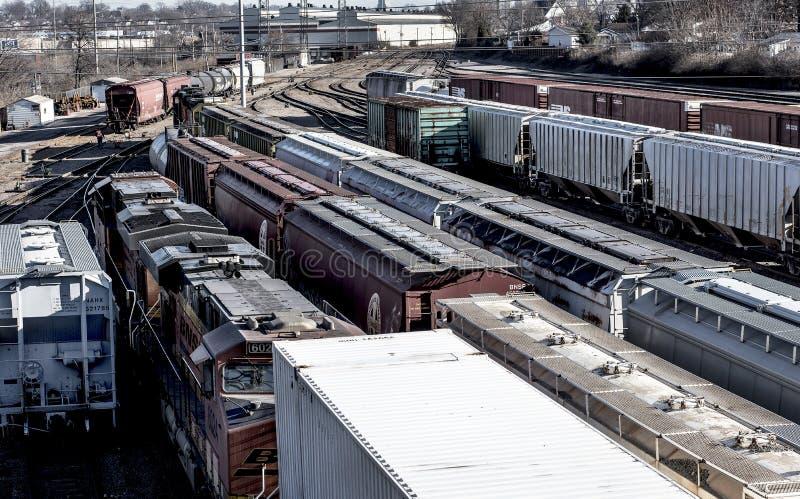 St. Louis, Missouri, vereinigt Zustand-circa 2018 mehrfachen Linien von Schienenfahrzeugen richtete auf Bahngleisen im trainyard, lizenzfreie stockfotos