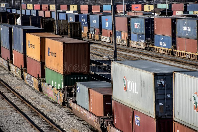 St.Louis, Missouri, Verenigde staat-Circa 2018 lange lijn van trein goed auto's en dubbele de containerauto's van de stapelvracht stock afbeelding