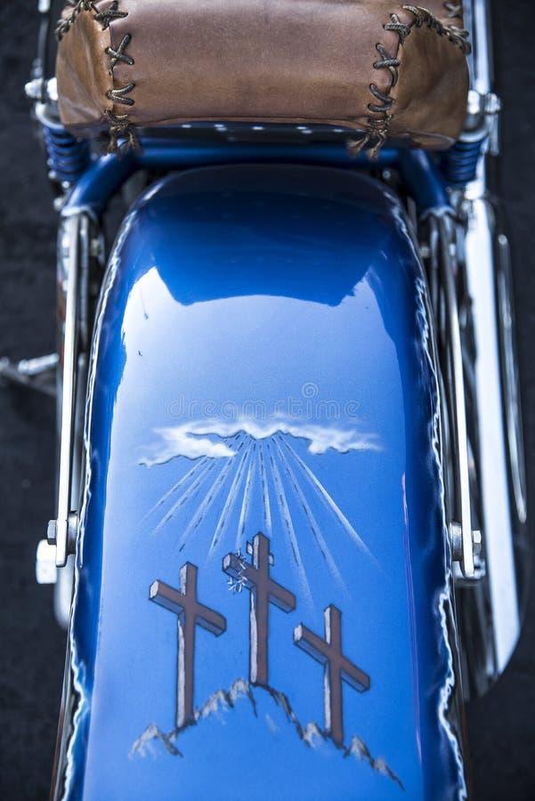 St.Louis, Missouri, Verenigde Staten - circa 2017 - drie godsdienstige die kruisen op motorfiets achterstootkussen worden geschil royalty-vrije stock afbeelding
