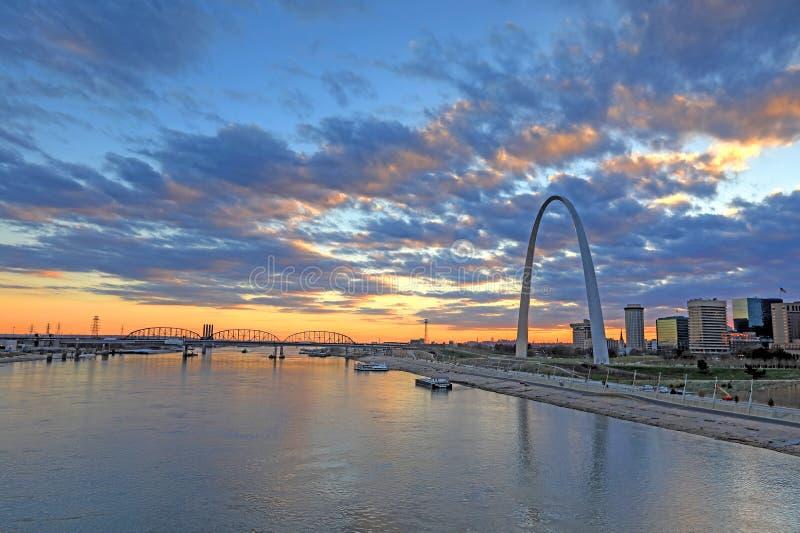 St. Louis, Missouri y el arco de la entrada imagenes de archivo