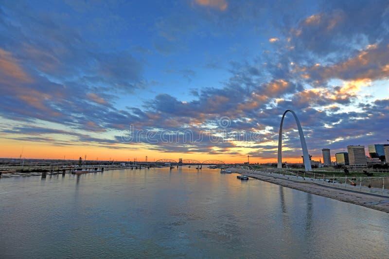 St. Louis, Missouri y el arco de la entrada fotografía de archivo