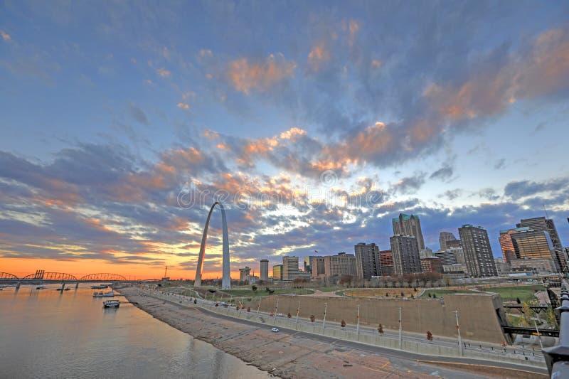 St. Louis, Missouri y el arco de la entrada fotografía de archivo libre de regalías