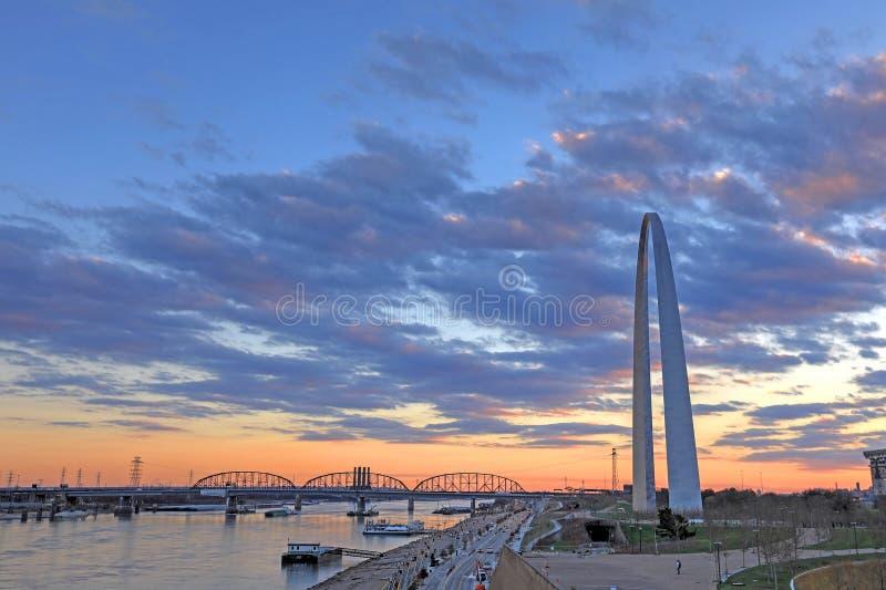 St. Louis, Missouri y el arco de la entrada imágenes de archivo libres de regalías