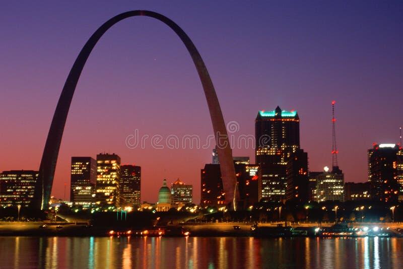 St Louis, MO-horisont och båge på natten arkivbild