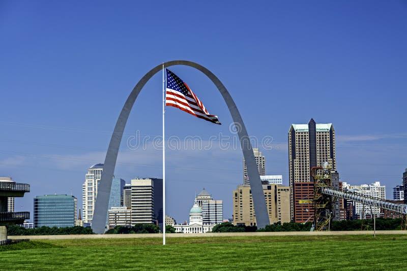 St Louis Old Couthouse a través del arco imagen de archivo libre de regalías