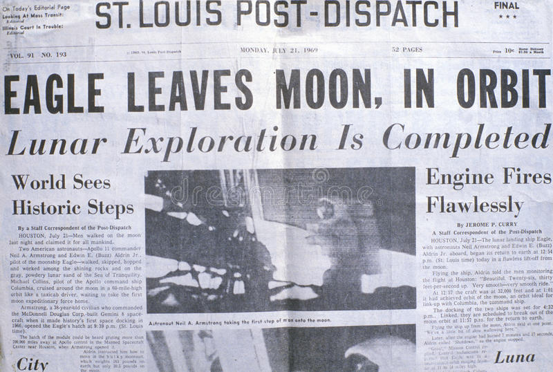 St Louis Post-Dispatch krantenvertoningen Apollo 11 maanopdracht, 21 Juli, 1969 stock foto