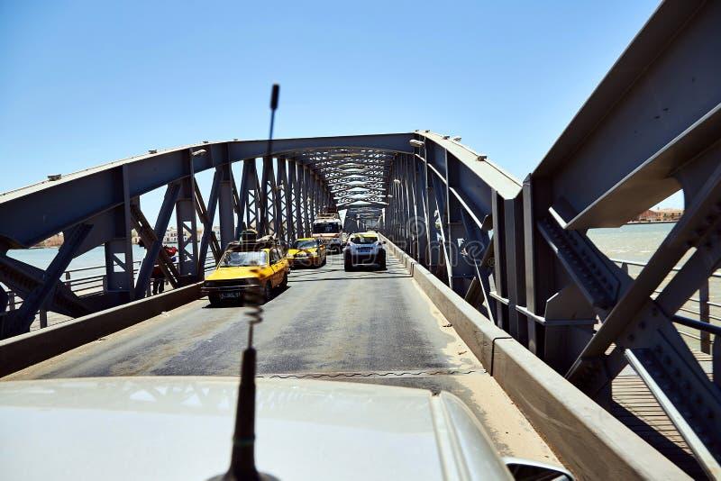St. Louis, Senegal öffnete Faidherbe-Brückenspannen der Senegal-Fluss, der die Inselstadt von St. Louis mit verbindet lizenzfreie stockfotografie