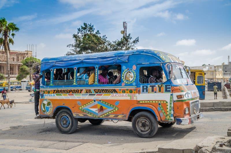 St. Louis, Senegal - 12. Oktober 2014: Bunter gemalter lokaler Taxibus oder -packwagen als allgemeine Wahl der öffentlichen Trans lizenzfreie stockfotografie