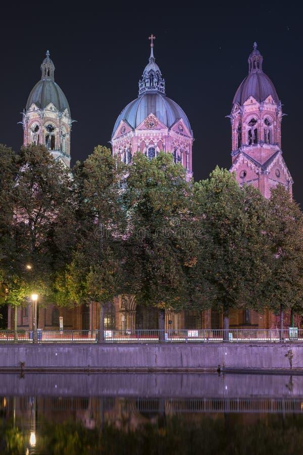 St Luke Church nära den Isar floden och den Wehrsteg bron, Munich, Tyskland royaltyfria foton