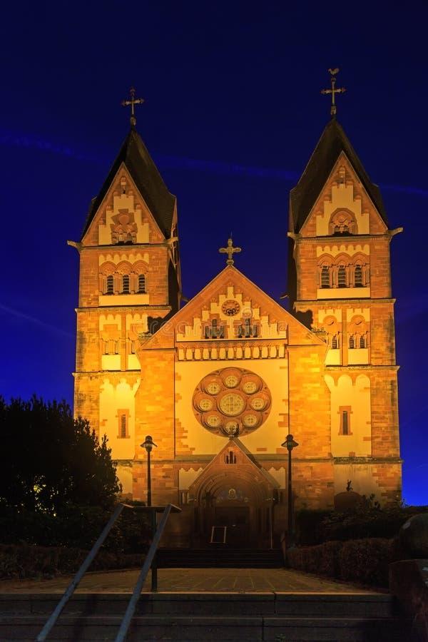 St Lutwinus kerk in Mettlach bij nacht royalty-vrije stock afbeelding
