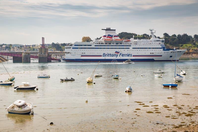 St Malo Brittany May 2013 7ème : Brittany Ferry s'est accouplé au port de St Malo en Bretagne, France photo stock