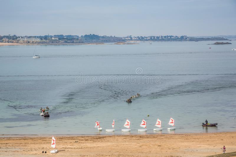 St Malo Brittany May 2013 7ème : La plage à St Malo, avec de petits bateaux à voile a aligné en mer images stock