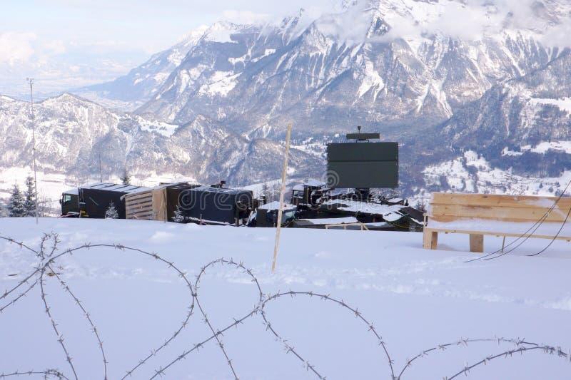 St Margrethenberg, SG/Schweiz - Januari 31, 2010: militär installation med taggtråd och radar under säkerhetsåtgärder royaltyfri foto