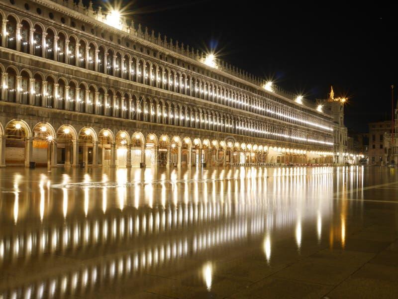 St Mark inundado y x27; cuadrado de s en la noche fotos de archivo libres de regalías