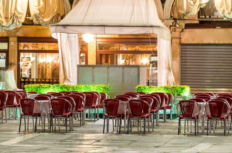 St Mark kwadrat przy nocą w Wenecja Plenerowi restauracj siedzenia obrazy royalty free