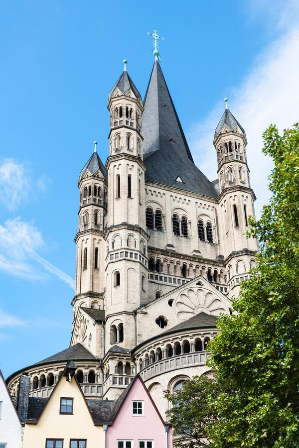 St Martin Church di grande sopra il mercato ittico in Colonia fotografia stock libera da diritti