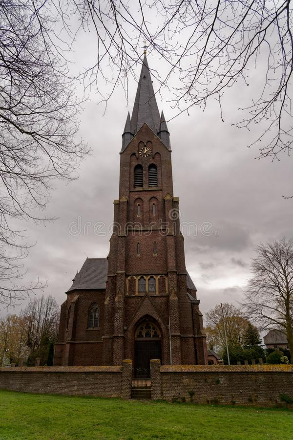 St Martin Church, Griethhausen, Kleef, Duitsland op een bewolkte dag in de lente royalty-vrije stock foto's