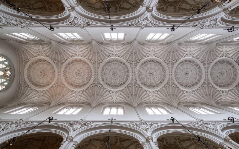 St Mary Aldermary Church in via di Watling, città di Londra con le finestre di vetro macchiato decorate di American National Stan immagini stock
