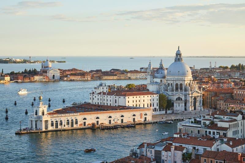 St Mary av den vård- basilikan i den Venedig och Punta dellaen Dogana, Italien arkivfoto