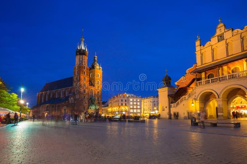 St Mary Basilica ed il panno Corridoio di Cracovia alla notte fotografia stock libera da diritti