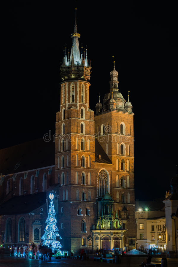 St Mary & x27; chiesa di s sul quadrato del mercato a Cracovia alla notte fotografia stock