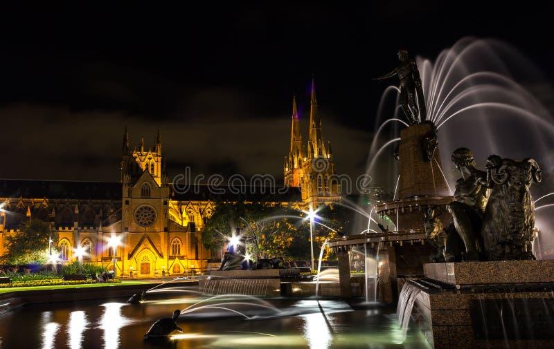 St Mary et x27 ; cathédrale Sydney de s la nuit, Syndey images stock