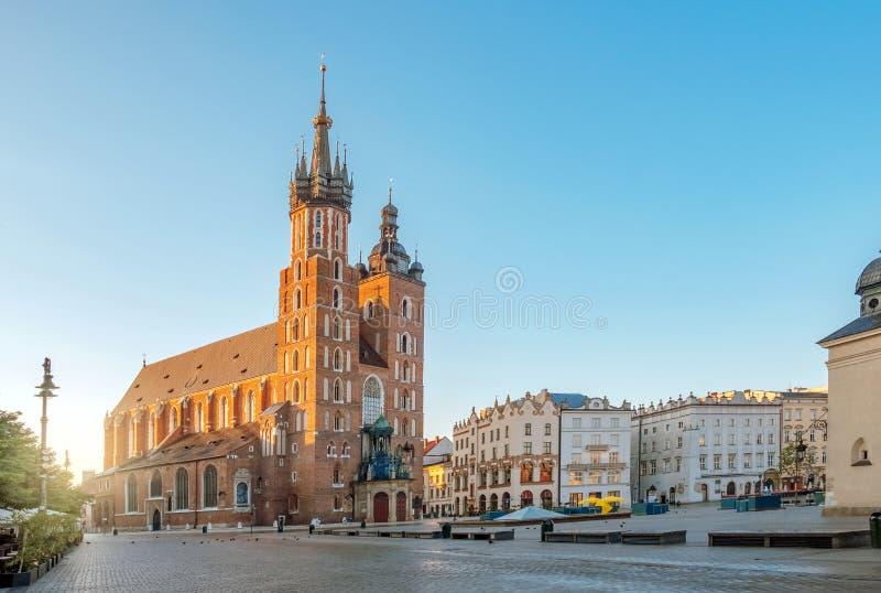 St Mary Kathedralenkirche am Marktplatz in Krakau bei Sonnenaufgang, Polen lizenzfreies stockfoto